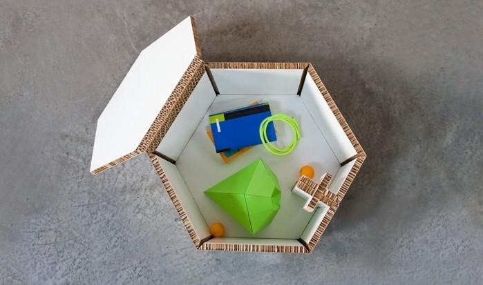 stage design, kartonkasten voll von spielzeugen in verschiedenen farben, deko ideen