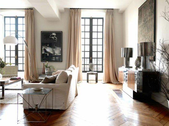 Parkett Boden, ein weißes Sofa, rosa Vorhänge, zwei symmetrische Lampen, Wohnzimmer Ideen für kleine Räume