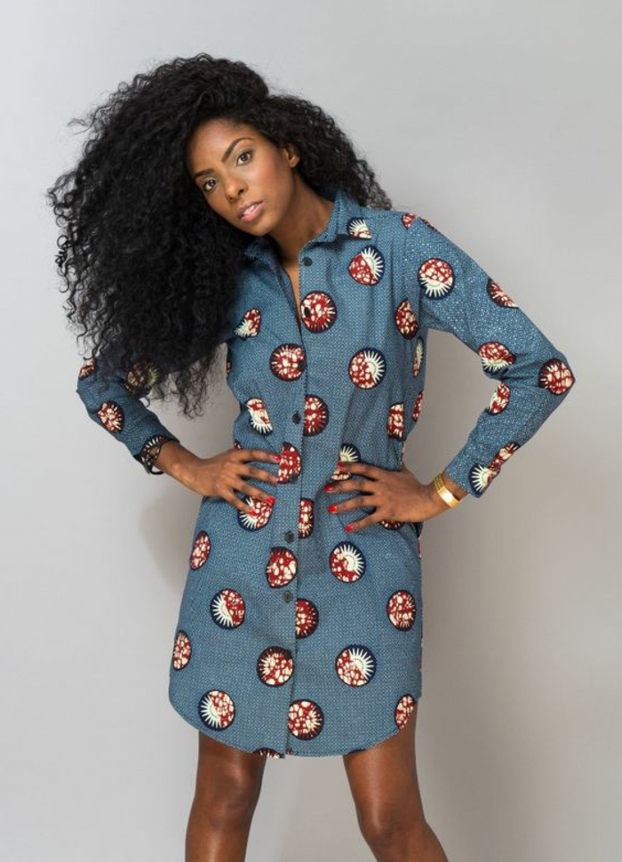 frauen outfits ideen, blaues hemd mit rot und weiß muster deko, große afro haare