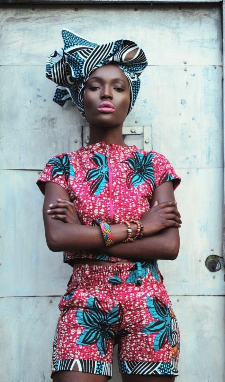 frauen outfits, traditioneller hauch in den heutigen trends, pinkes unter und oberteil, rosaroter lippenstift, kopftuch