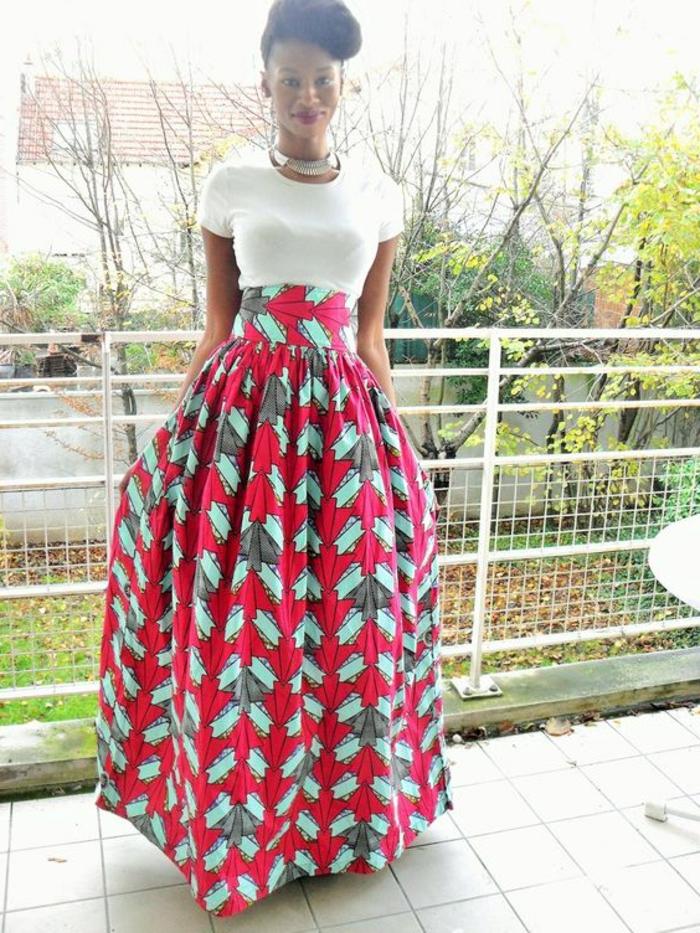 frauen outfits und ideen zum eleganten afrostyling mit modernem touch, langer rock, kleines tshirt