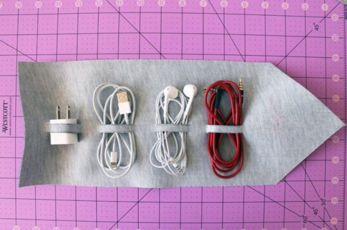 basteln mit leder, tasche für kabel, persönliches geschenk für freund, rosa schneidematte