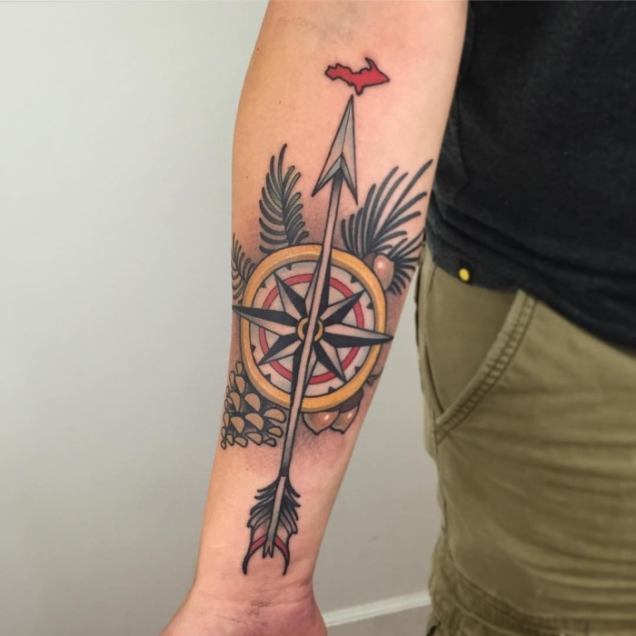 pfeil tattoo am arm, maritimes motiv, großer pfeil, tannenzapfen, grüne zweige