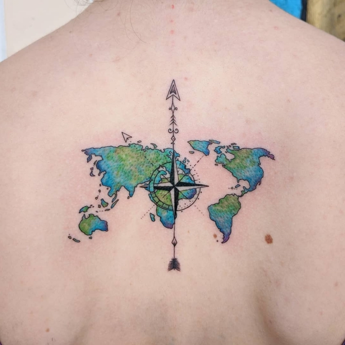 pfeil tattoo am rücken, bunte weltkarte, die erdteilen, moderne tätowierungen
