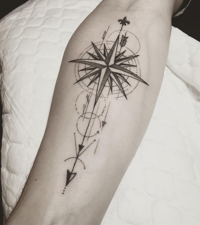 schwarz graues pfeil tattoo am unterarm, geometrische elemente, pfeil
