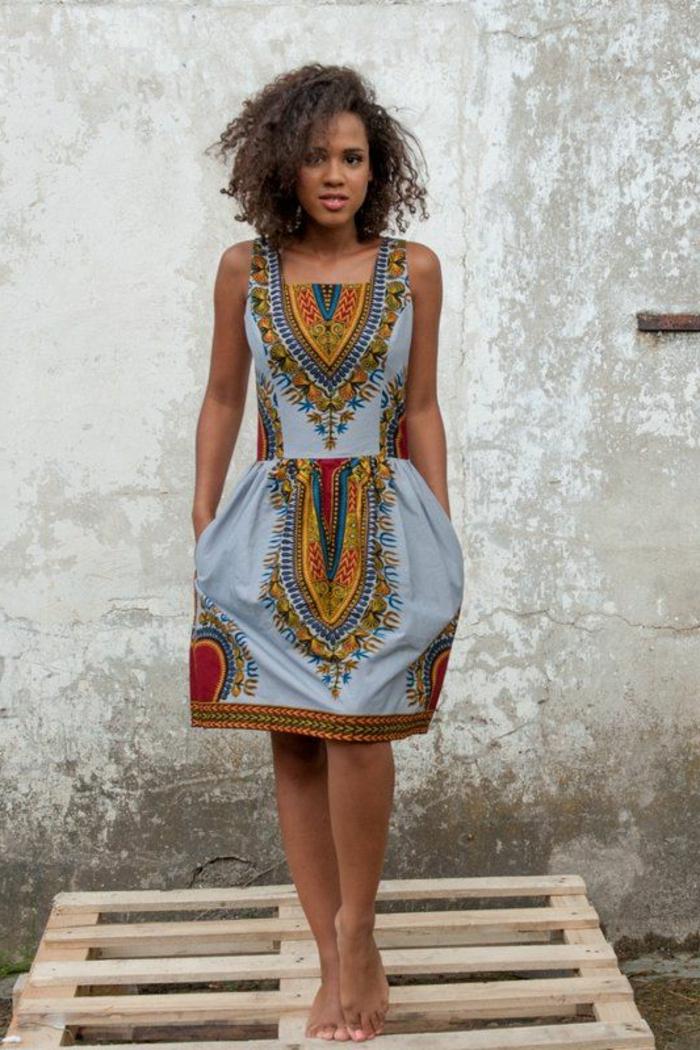 poslterstoffe kaufen, modernes kleid in kreativem design, hellblau grau, bunte kleine deko