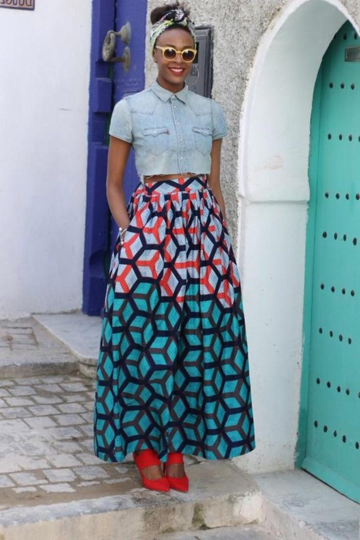 polsterstoffe kaufen, buntes kleid mit jeans oberteil und blau rot türkis unterteil, kopfdeko, accessoires