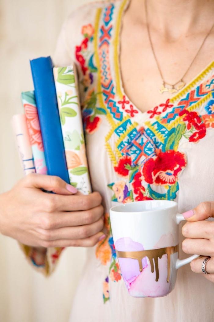 porzellan bemalen, tasse im wasserfarben look dekroiert mit alkoholtinte und goldener farbe