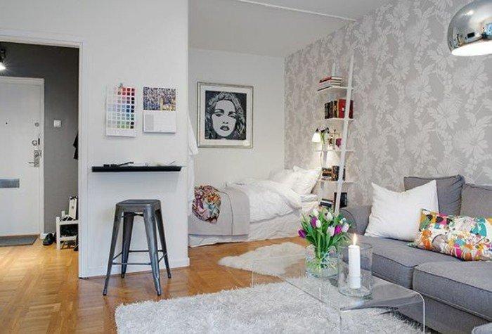 kleine räume einrichten, ideen zum gestalten, wandbilder, eine frau abgebildet, sofa mit tisch