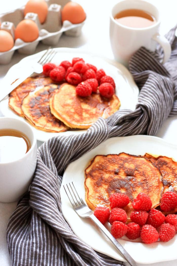 gestreifer küchentuch, rezepte brunch, pfannkuchen mit himbeeren, tassen tee