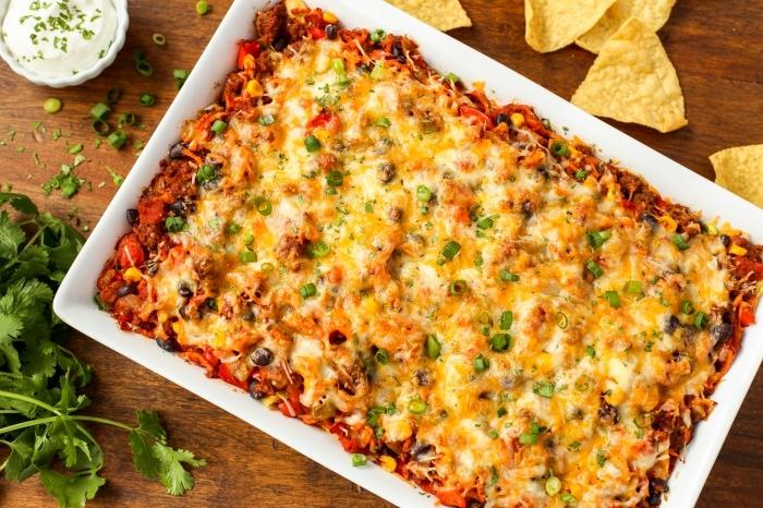 rezepte brunch mit käse, gemüse und fleisch, gehakte petersillie, weißer keramischer backblech