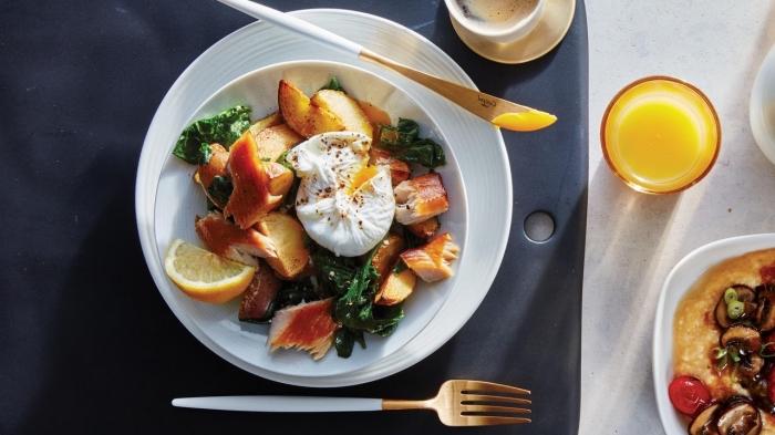 rezepte brunch, glas orangensaft, goldener messer und gabel, gesund essen
