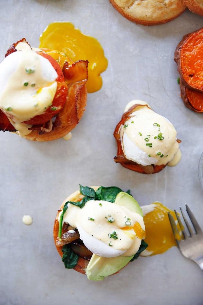 frühstück essen, beneditc eier zubereiten, cherry tomaten, gebratenes bacon