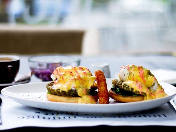 rezepte essen, benedict eier zubereiten, gesund leben, frühstück ideen
