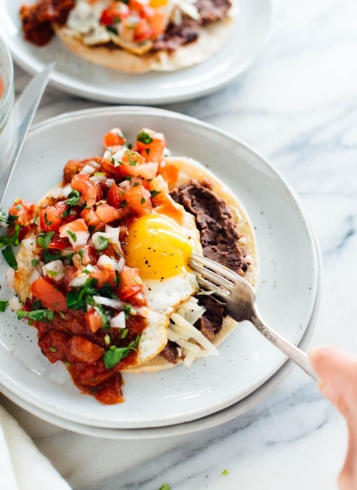 frühstück essen, pfannkuchen mit tomatensoße, eier und zweibel, ideen für brunch