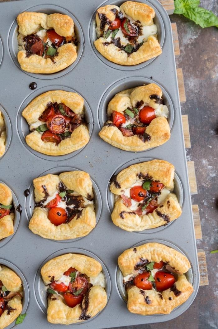 rezepte frühstück, graue muffinform, salzige cupcakes mit frischkäse und cherry tomaten