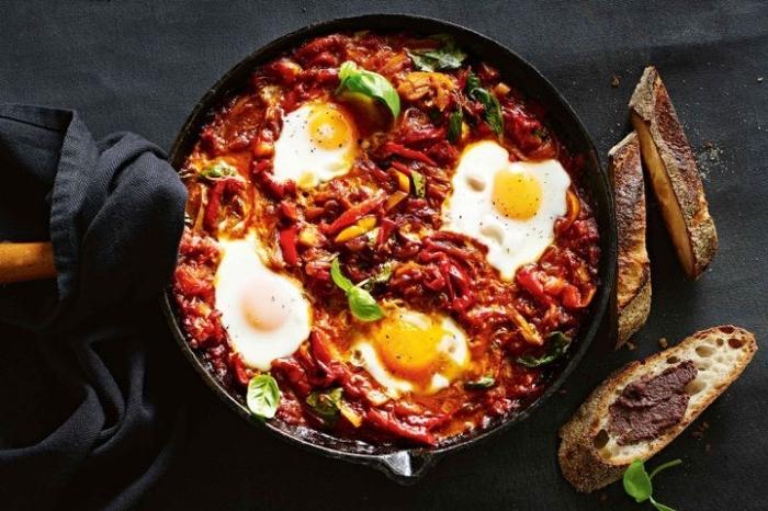 speise mit tomaten, paprika und eiern, rezepte frühstück, scheiben brot