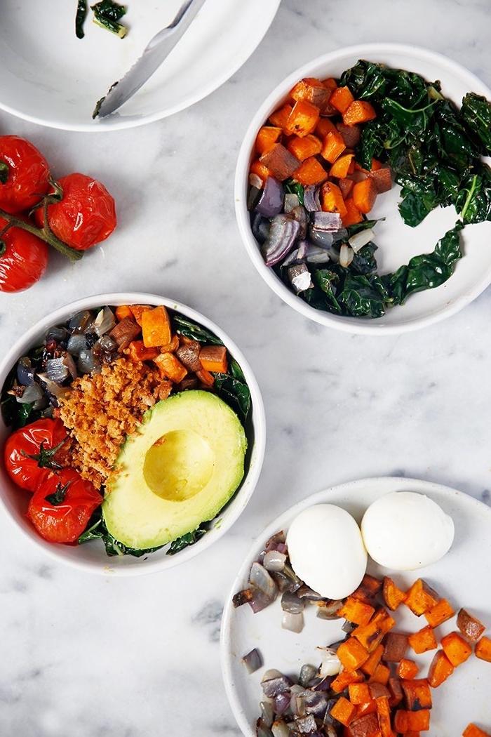 gesunder salt mit avocado, cherry tomaten und spinat, rezepte frühstück, karotten