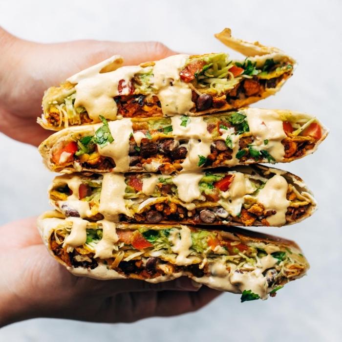 rezepte frühstück, tortillas mit gemüse und hühnerfleisch garniert mit weißer soße