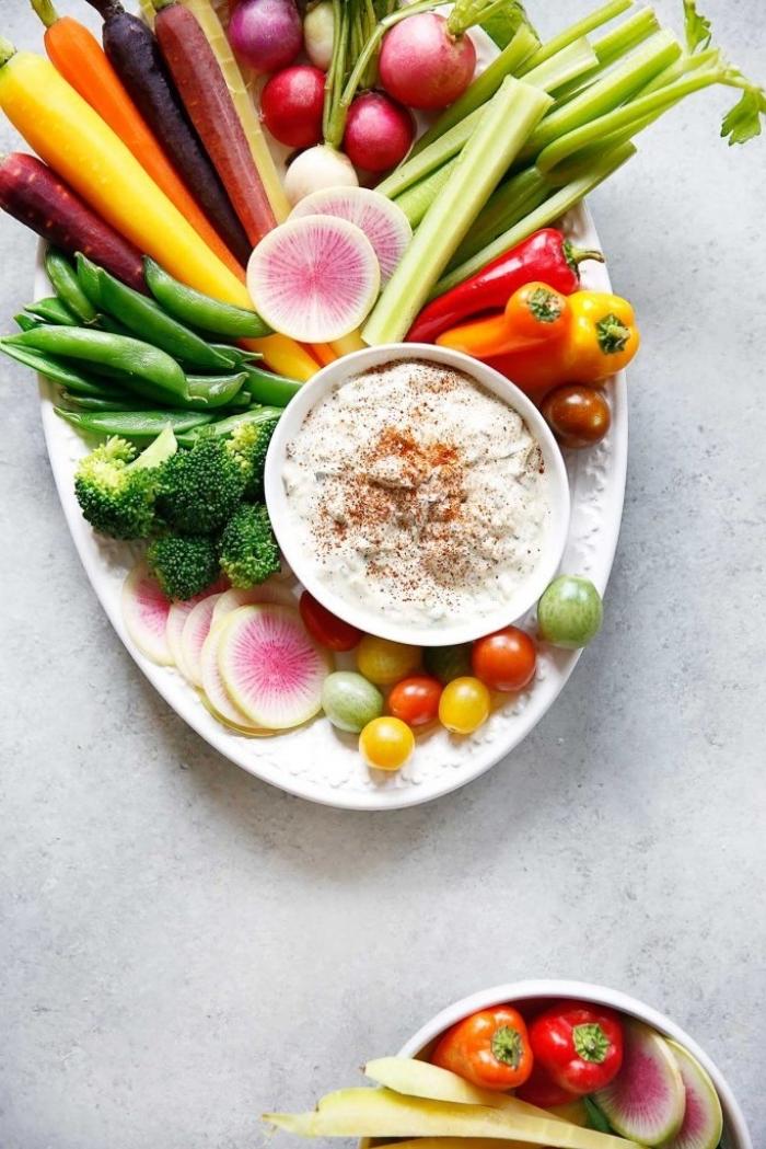 rezepte frühstück, gemüse mit weißer soße, brokkoli, kleine cherry tomaten, radieschen