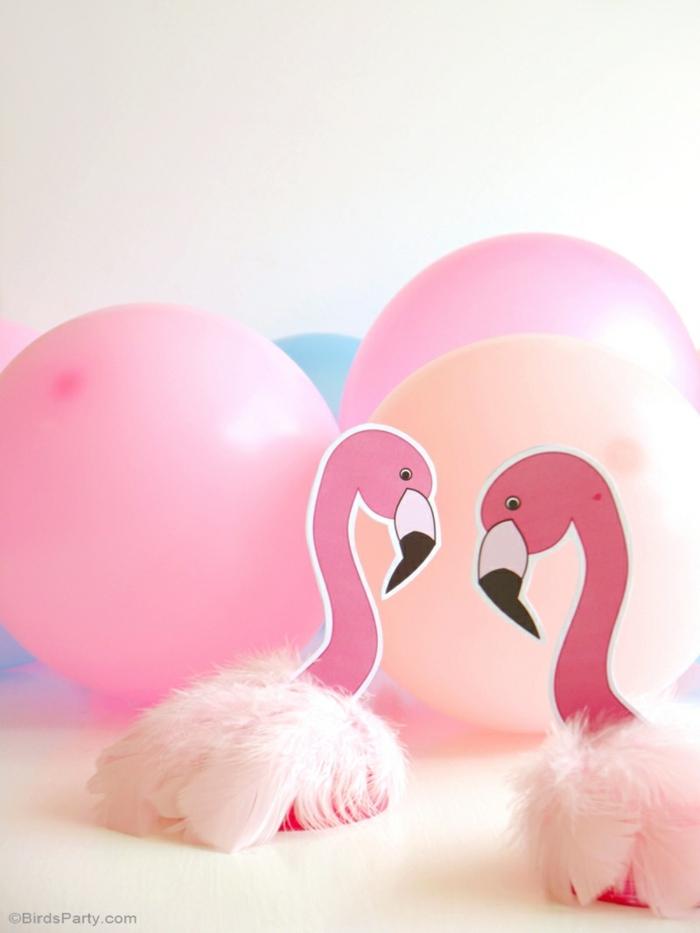rosa Ballons, rosa Flamingos mit rosa Feder, Tischdeko für Geburtstag eines kleinen Mädchens