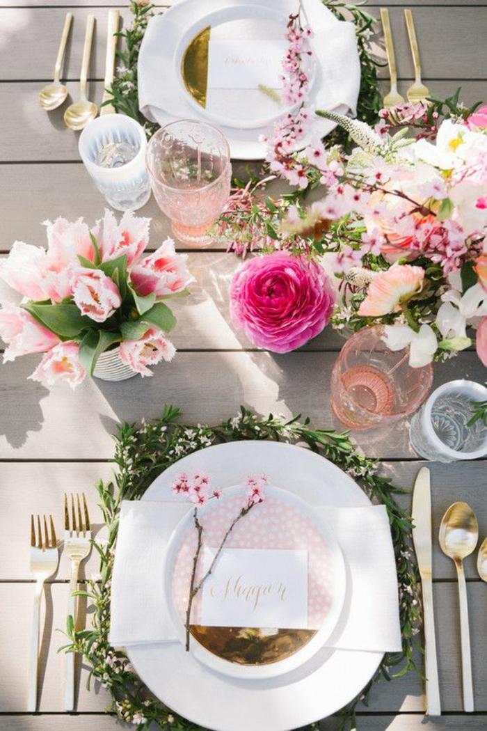 weiße Teller, rosa Servietten, rosa Blumen, auf einem Tisch aus Holz, bunte Tassen, Ideen für 60 Geburtstag