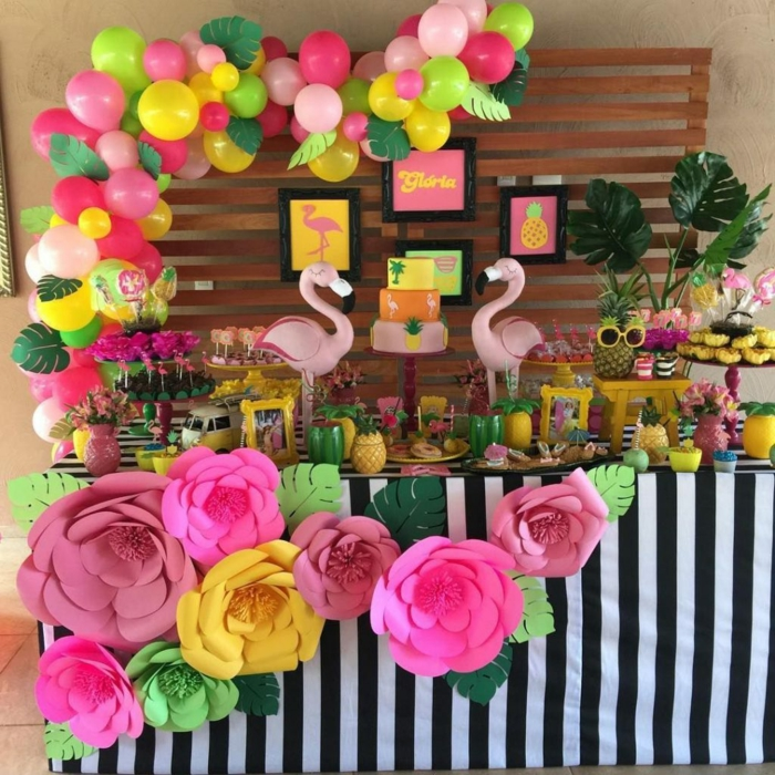 rosa Flamingo, bunte Ballons, bunte Blumen, viele Süßigkeiten und Ananasse, Blumen Tischdeko im Glas