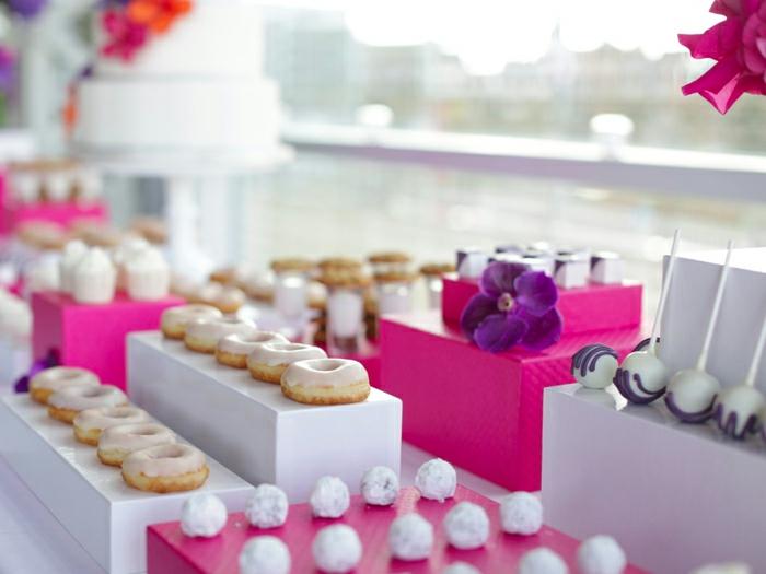 Süßigkeiten als Tischdeko Geburtstag selber machen, rosa und weiße Schachtel, eine weiße Torte