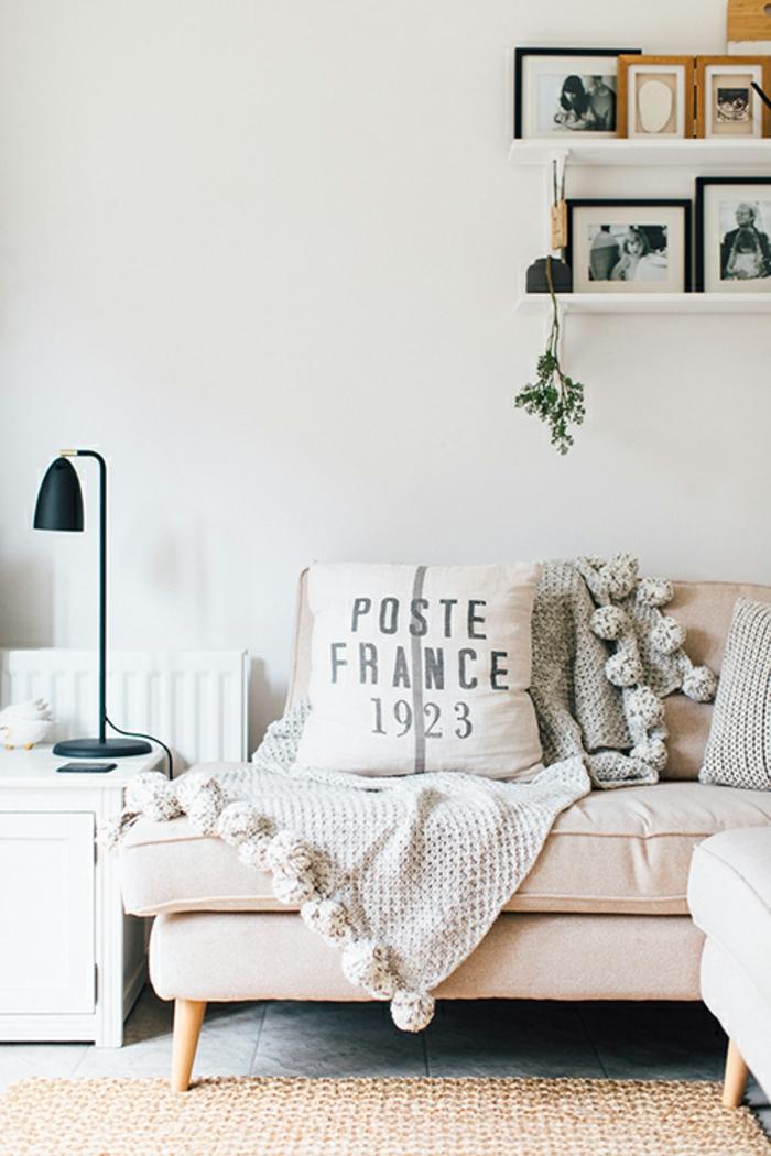 viele kleine Bilder auf Leistne, Bilder selbst gestalten Ideen, rosa Sofa mit einem rosa Kissen