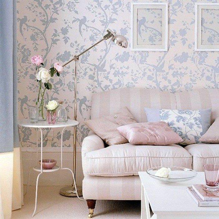 ein rosa Sofa, ein weißer Tisch, gemusterte Wände, eine Lampe, Wohnzimmer Ideen für kleine Räume