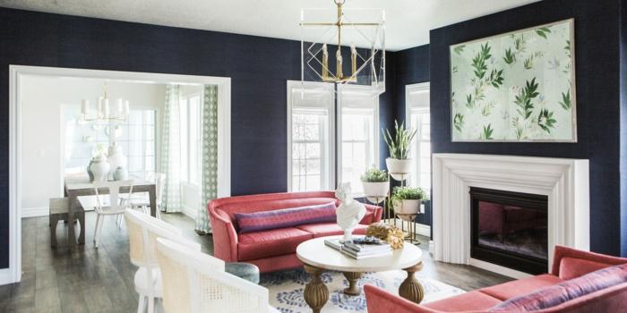 rote Sofas, ein weißer Teppich, zwei weiße Sessel, Bilder selbst gestalten Ideen, weißes Bild mit Blättern über dem Kamin