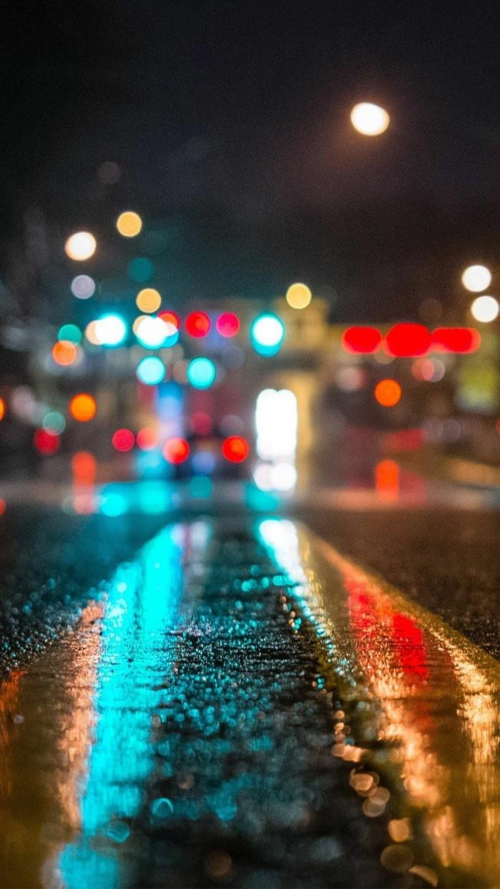 eine Straße mit gelben Linien, leuchtende Lichter in der Ferne, der Mond leuchtet auch, Hintergrundbilder kostenlos