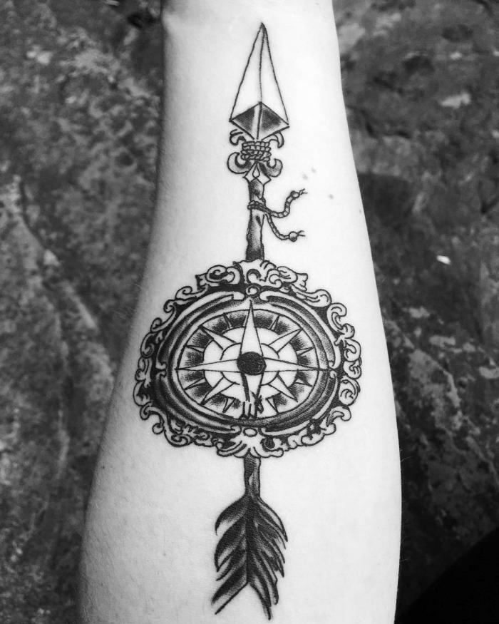 pfeil tattoo in kombination mit kompass, blackwork tätowierung am arm