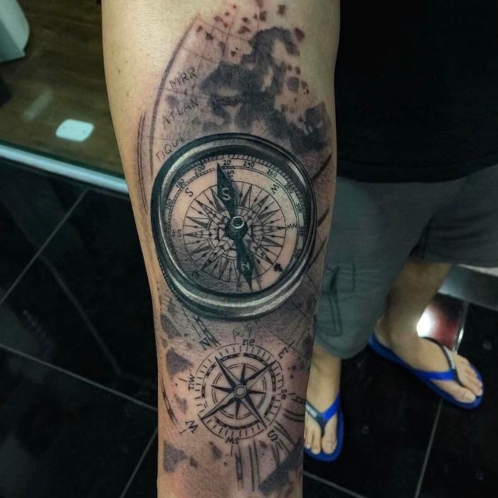 schwarz graues tattoo kompass, mann mit detaillierter tätowierung, schwarze fliesen