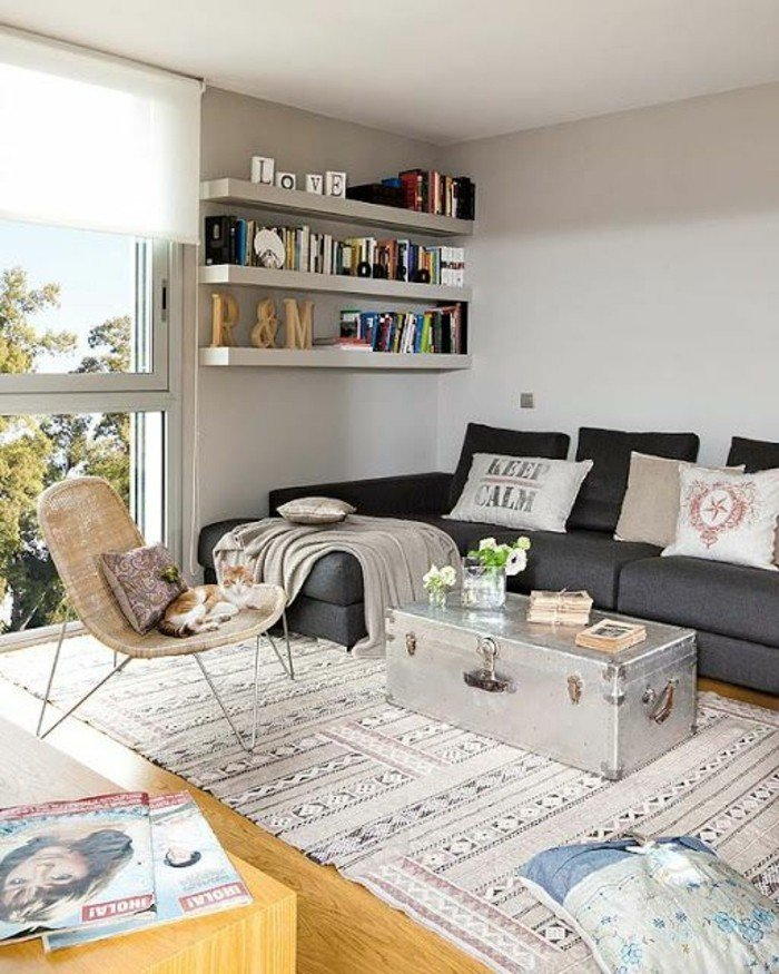 ein weißer Teppich, ein silberfarbener Kissen als Couchtisch, Wohnzimmer Ideen für kleine Räume ein graues Sofa, Bücherregale