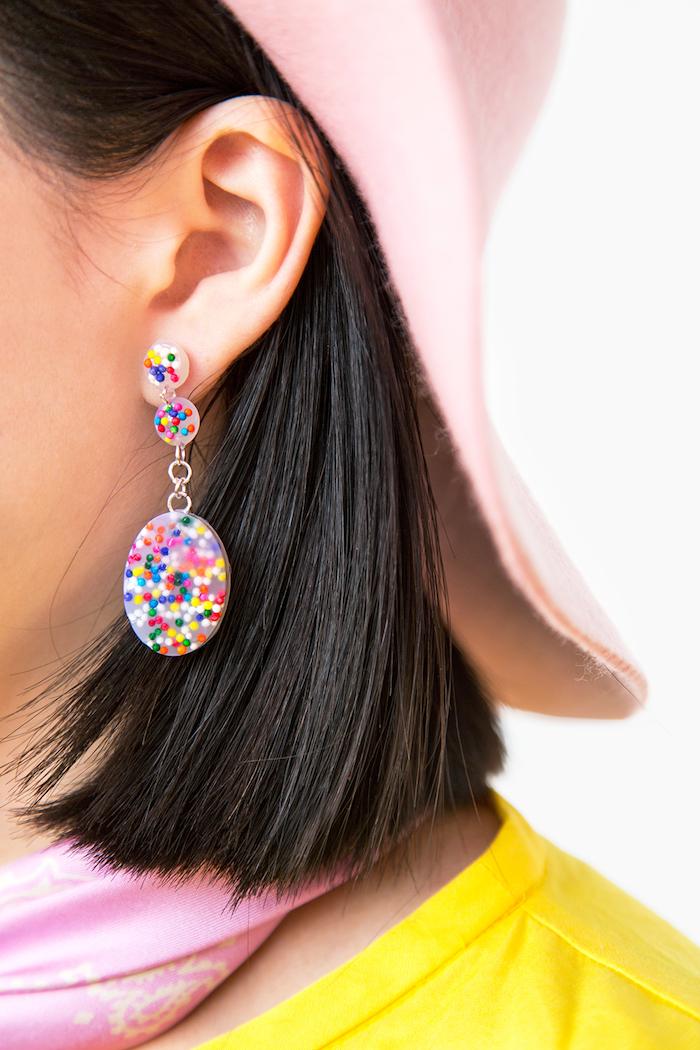 Ohrringe aus Silikon und bunten Zuckerperlen selber machen, schönes Weihnachtsgeschenk für Freundin
