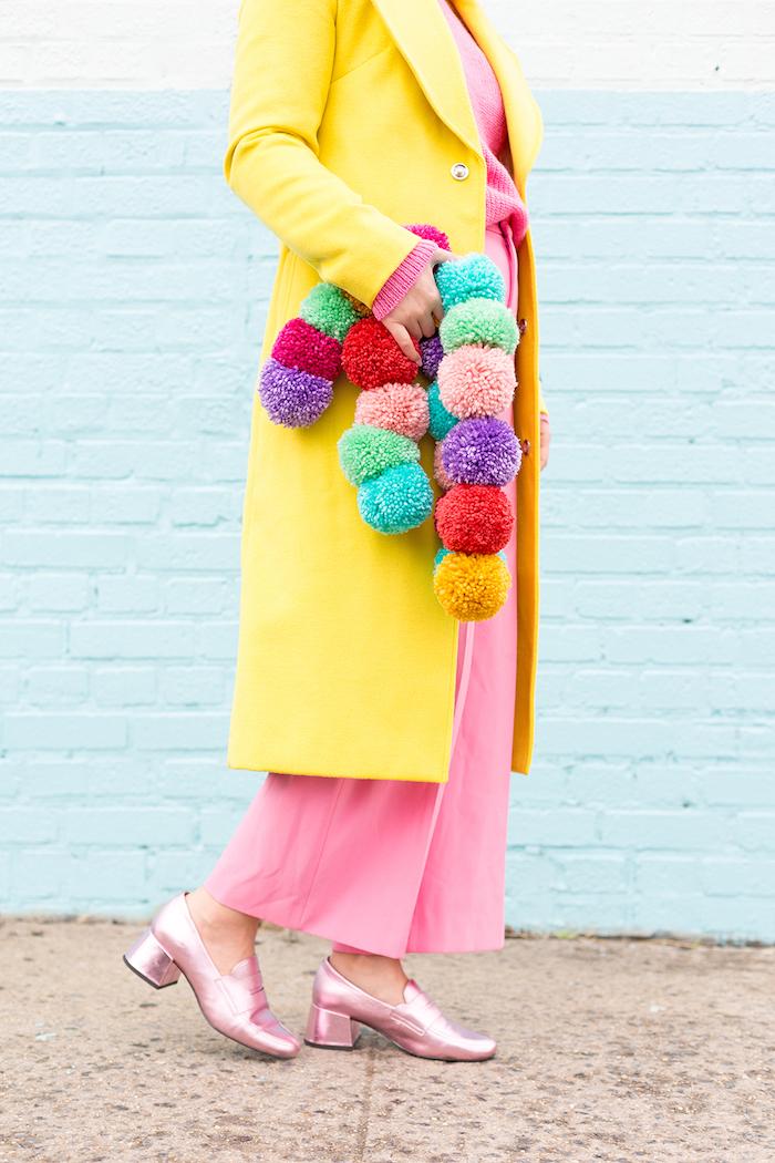 Selbstgemachter Schal aus bunten Bommeln, ausgefallene DIY Weihnachtsgeschenke