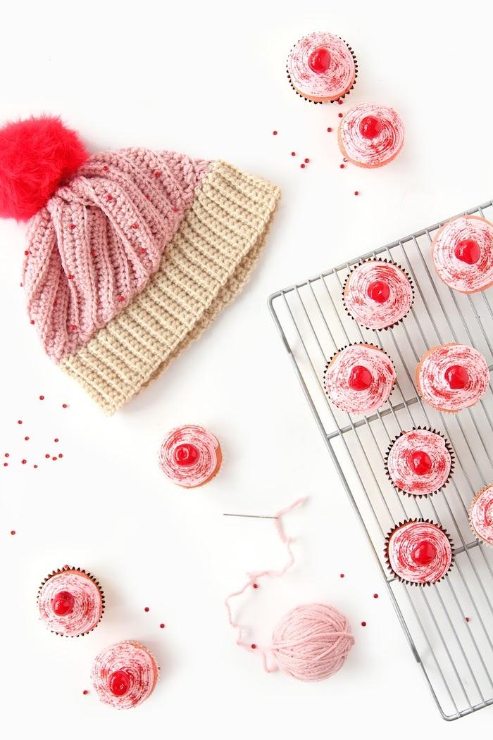 Mütze selber stricken als Cupcake, rote Bommel als Kirsche, DIY Weihnachtsgeschenk für Freundin