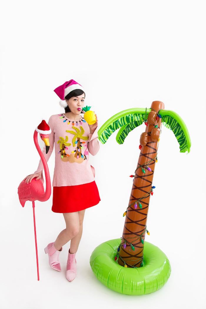 Weihanchtspullover und Weihnachtsmann Mütze, Flamingo und aufblasbare Palme