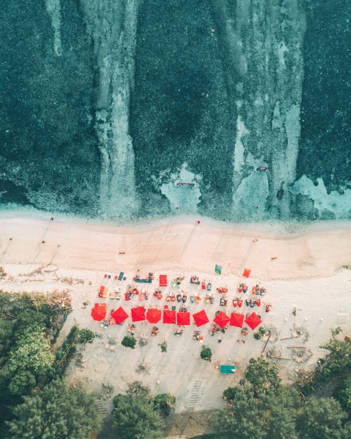 apple wallpaper ideen, meerküste, ozean wasser natürlich, strand voll von menschen rote sonnenschirme
