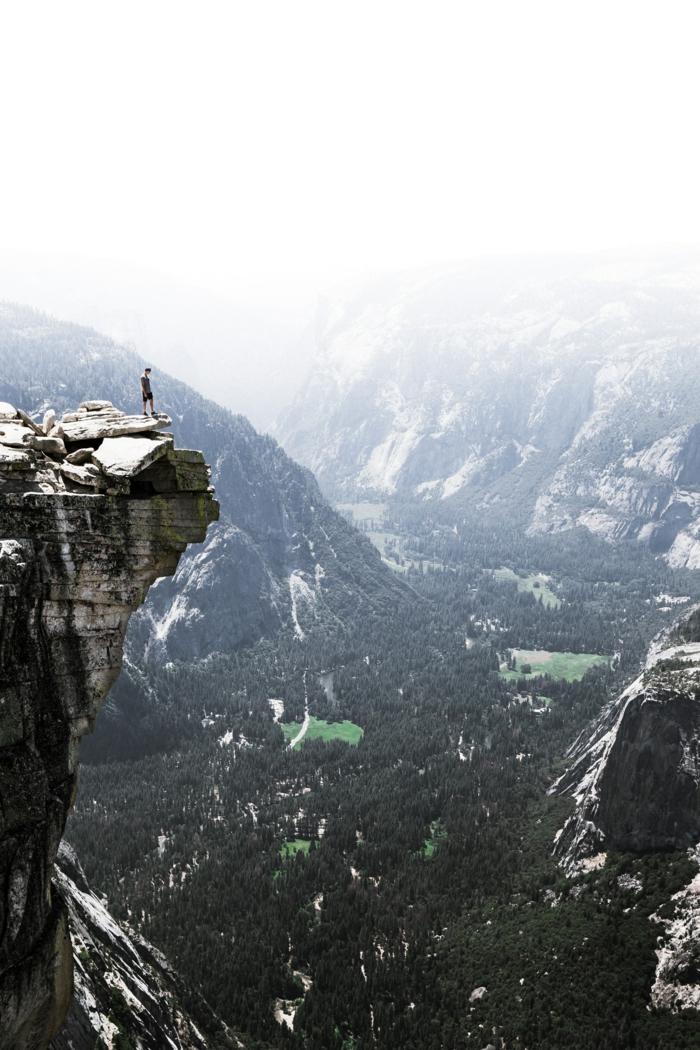 wallpaper handy, gebirge wald, grüne berge und steine, ein mann am ende der welt