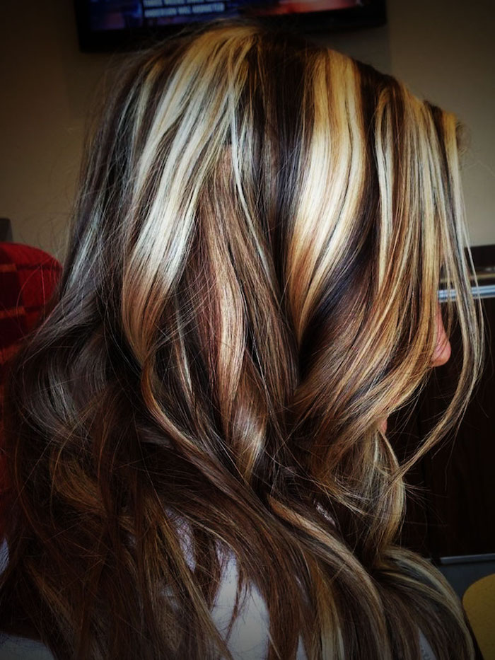 eine junge dame mit frisur mit langen blonden strähnchen, damen frisuren bilder