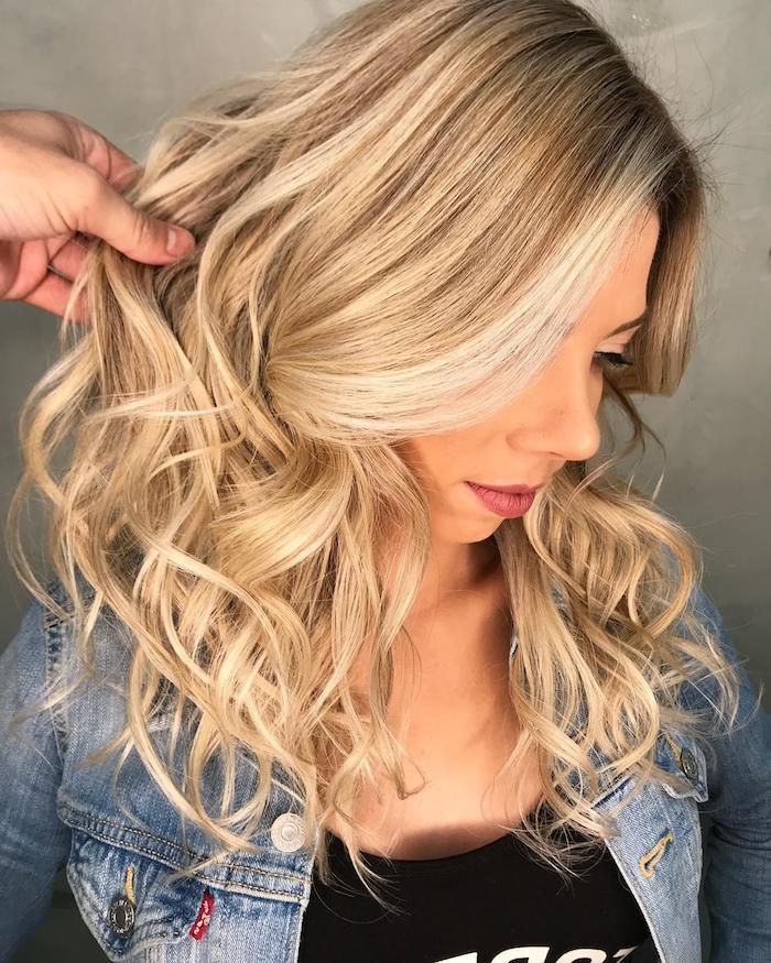 damen frisuren bilder, strähnchenselber machen, eine junge frau mit langen blonden strähnchen