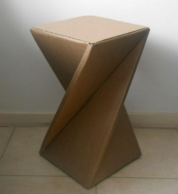 kartonmöbel idee mit einem hocker, kreativ gestaltet, spiralenartig, design idee