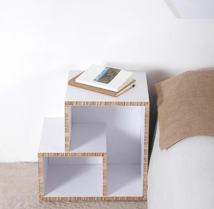 kartonbett, weiß beige optik, farben für das schlafzimmer, bücher liegen auf dem nachtschrank