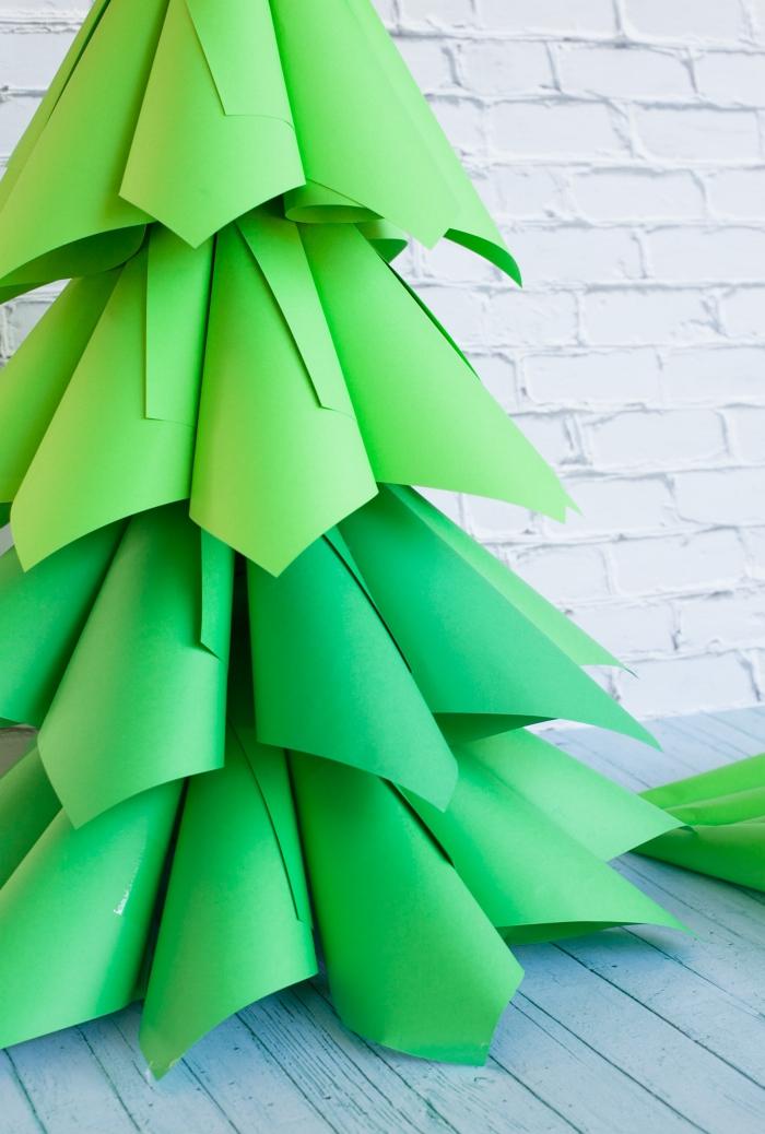 tannenbaum basteln papier vorlage, weiße ziegelwand, ombre look, grüner bastelkarton