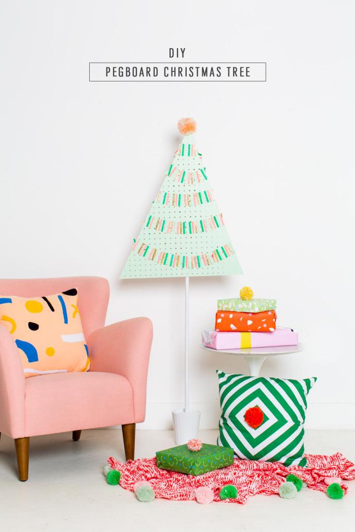tannnebaum basteln ideen, wanddeko zu weihnachten, alternativer weihnachtsbaum, rosa sessel