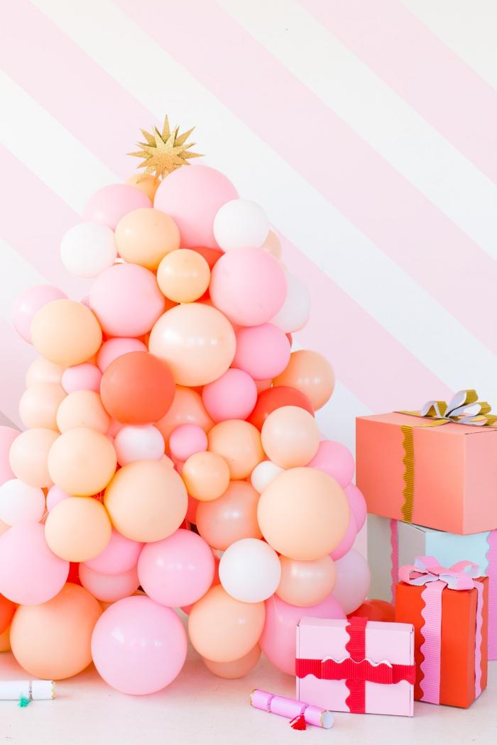 tannnebaum basteln, verpackte geschenke, kleine und große luftballons, gestreifte wand