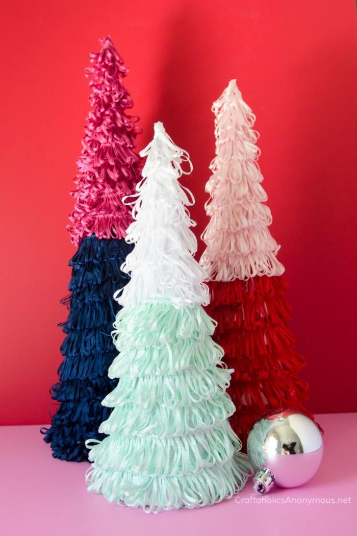rote wand, silberne weihnachtskugel, tannenbaum falten aus halbkreis, fransen