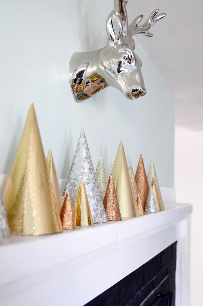 tannenbaum falten, silberner hirschkopf, kegel aus glitzerpapier, kamin dekorieren